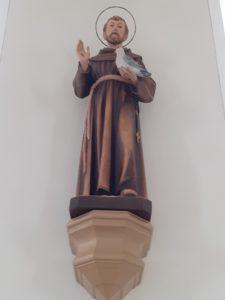 Franziskusstatue im Altarraum